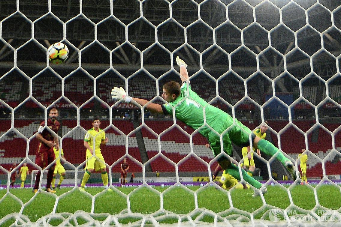 Вратарь Анжи Алексей Солосин пропускает мяч в свои ворота