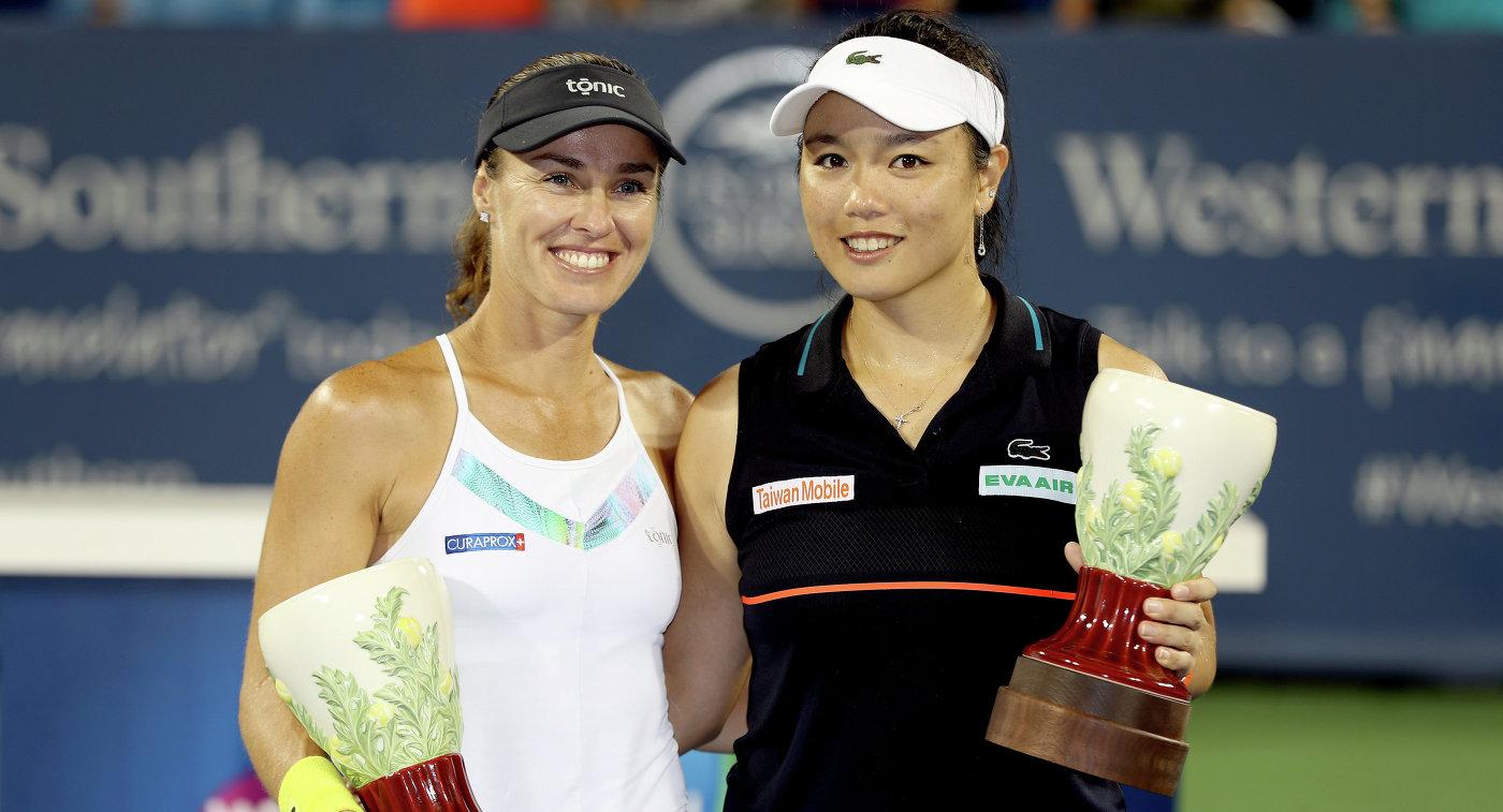 Чжань Юнжань и Мартина Хингис (слева)