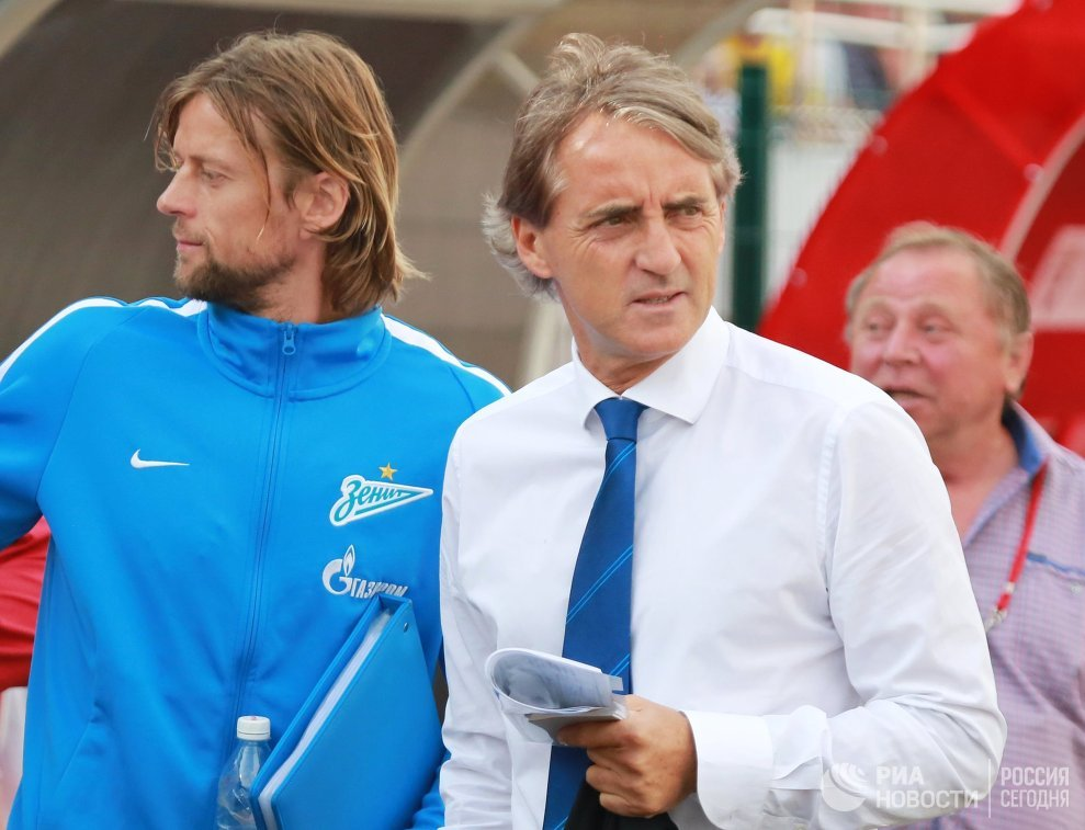 Главный тренер Зенита Роберто Манчини и помощник тренера Анатолий Тимощук (слева направо)
