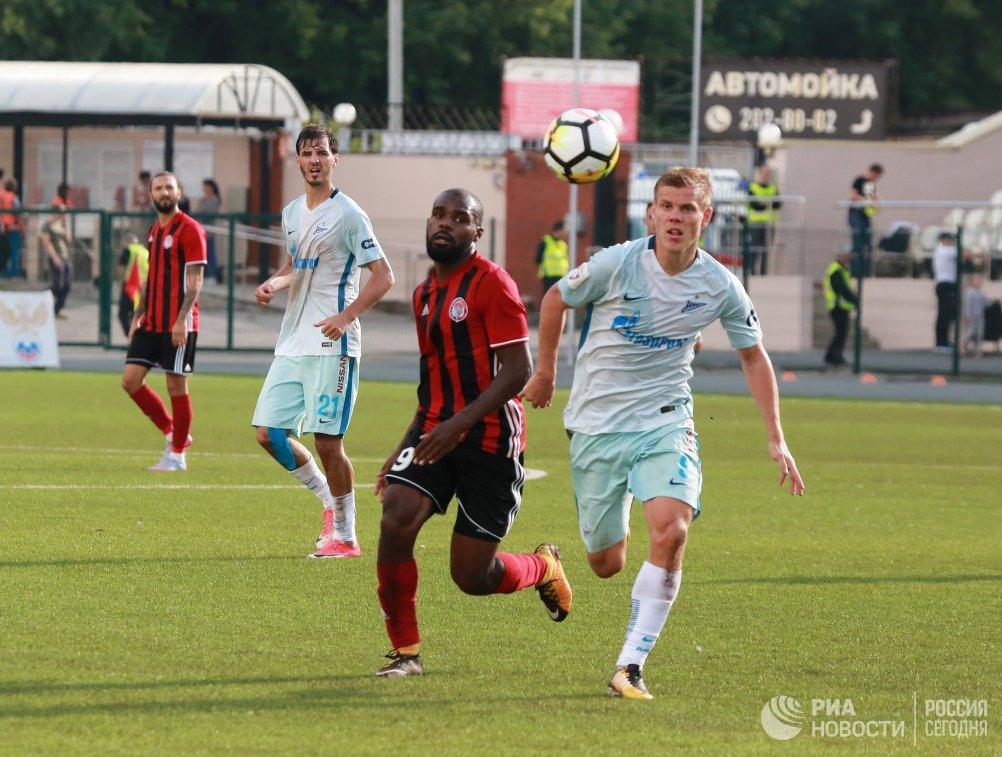 Защитник Амкара Брайан Идову (слева) и форвард Зенита Александр Кокорин