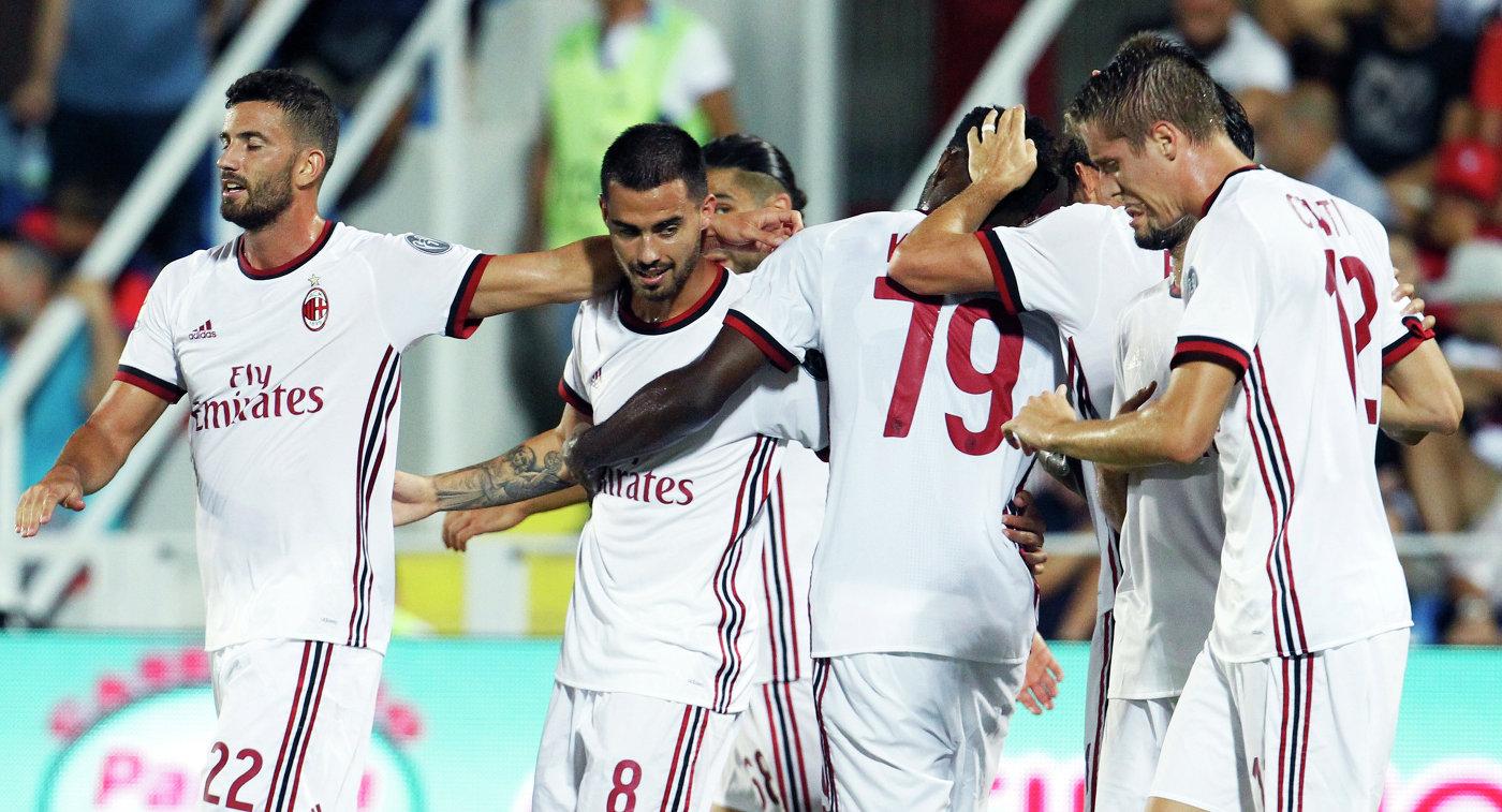 Футболисты Милана радуются забитому мячу