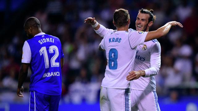 Футболисты Реала Тони Кроос и гарет Бейл (слева направо) радуются забитому мячу в ворота Депортиво