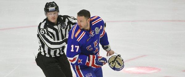 Линейный судья Глеб Лазарев (слева) и нападающий СКА Илья Ковальчук