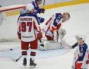 Вратарь ЦСКА Илья Сорокин пропускает шайбу в свои ворота