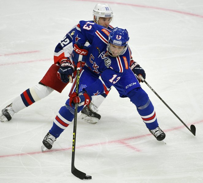 Нападающие ЦСКА Александр Попов (слева) и СКА Павел Дацюк