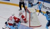 Хоккеисты Сибири радуются заброшенной шайбе