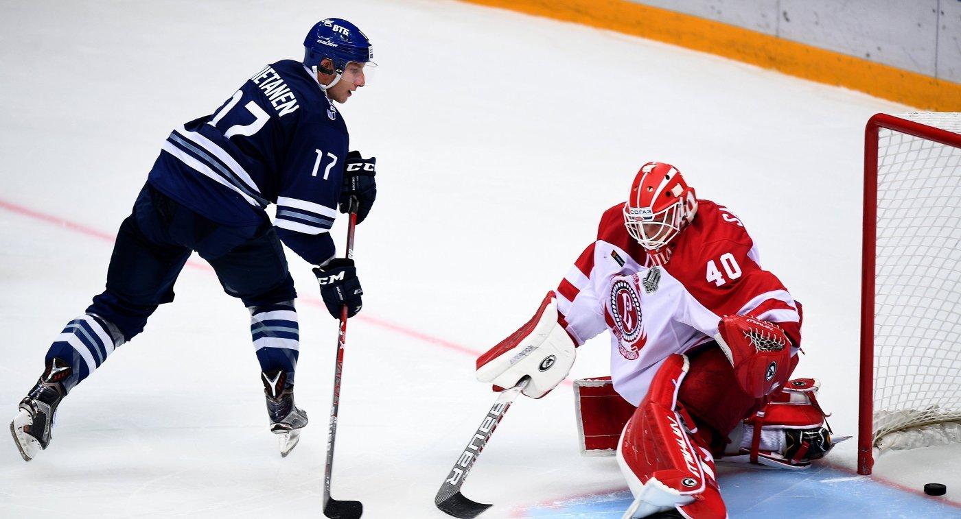 Защитник Динамо Юусо Хиетанен (слева) и вратарь Витязя Игорь Сапрыкин