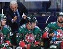 Главный тренер ХК Ак Барс Зинэтула Билялетдинов (слева на втором плане)