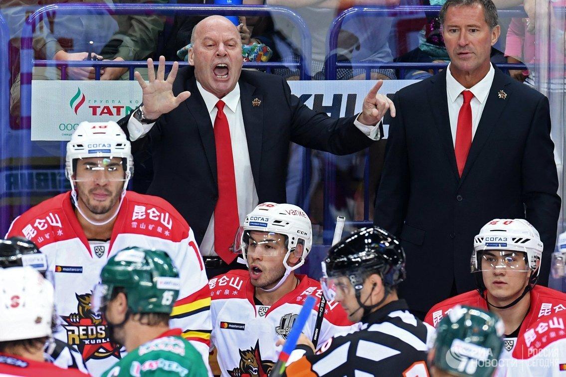 Главный тренер ХК Куньлунь Майк Кинэн (в центре на втором плане)