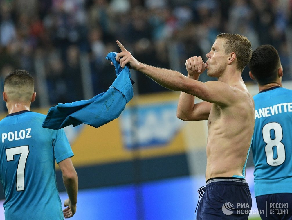 Форвард Зенита Александр Кокорин (в центре) радуется забитому мячу