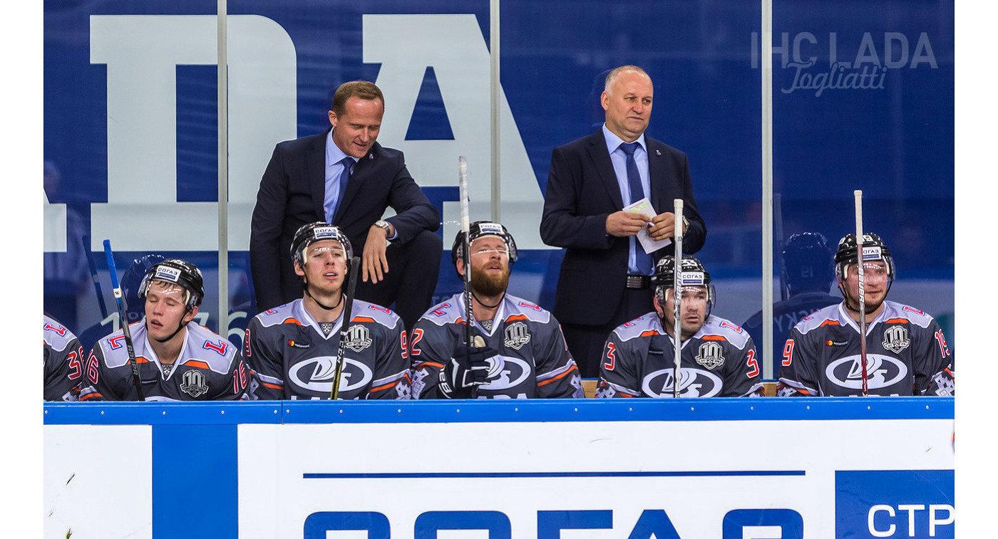 Главный тренер Лады Артис Аболс и хоккеисты тольяттинского клуба