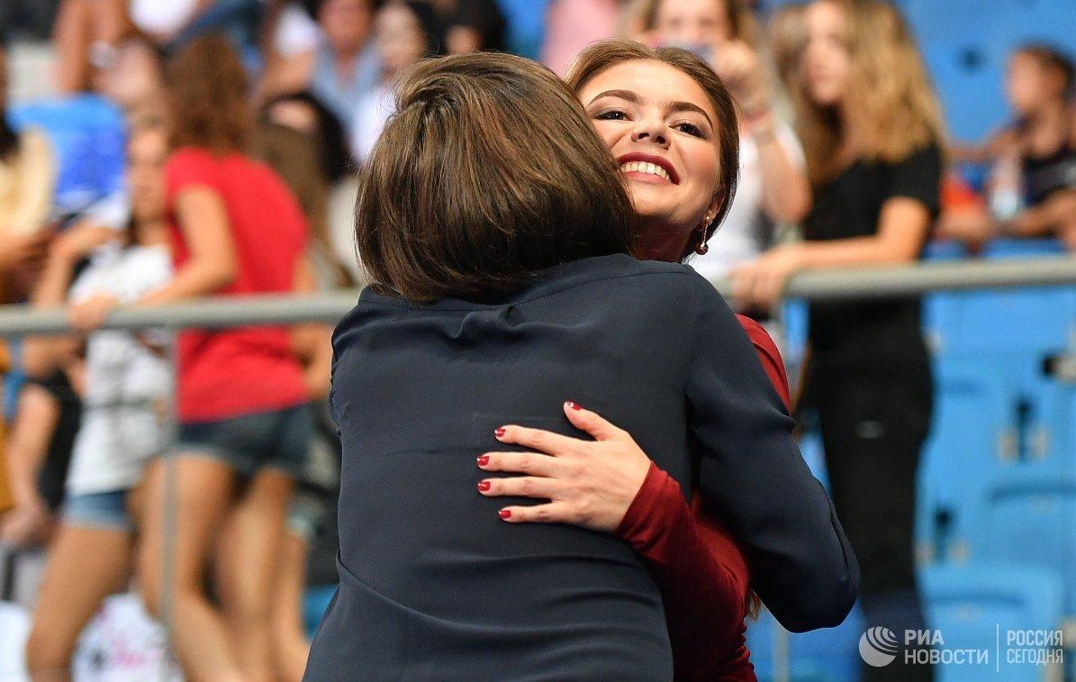 Олимпийская чемпионка по художественной гимнастике Алина Кабаева (справа)