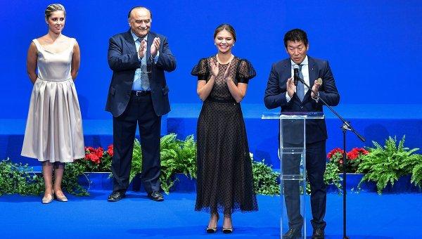 Вторая справа: олимпийская чемпионка по художественной гимнастике Алина Кабаева
