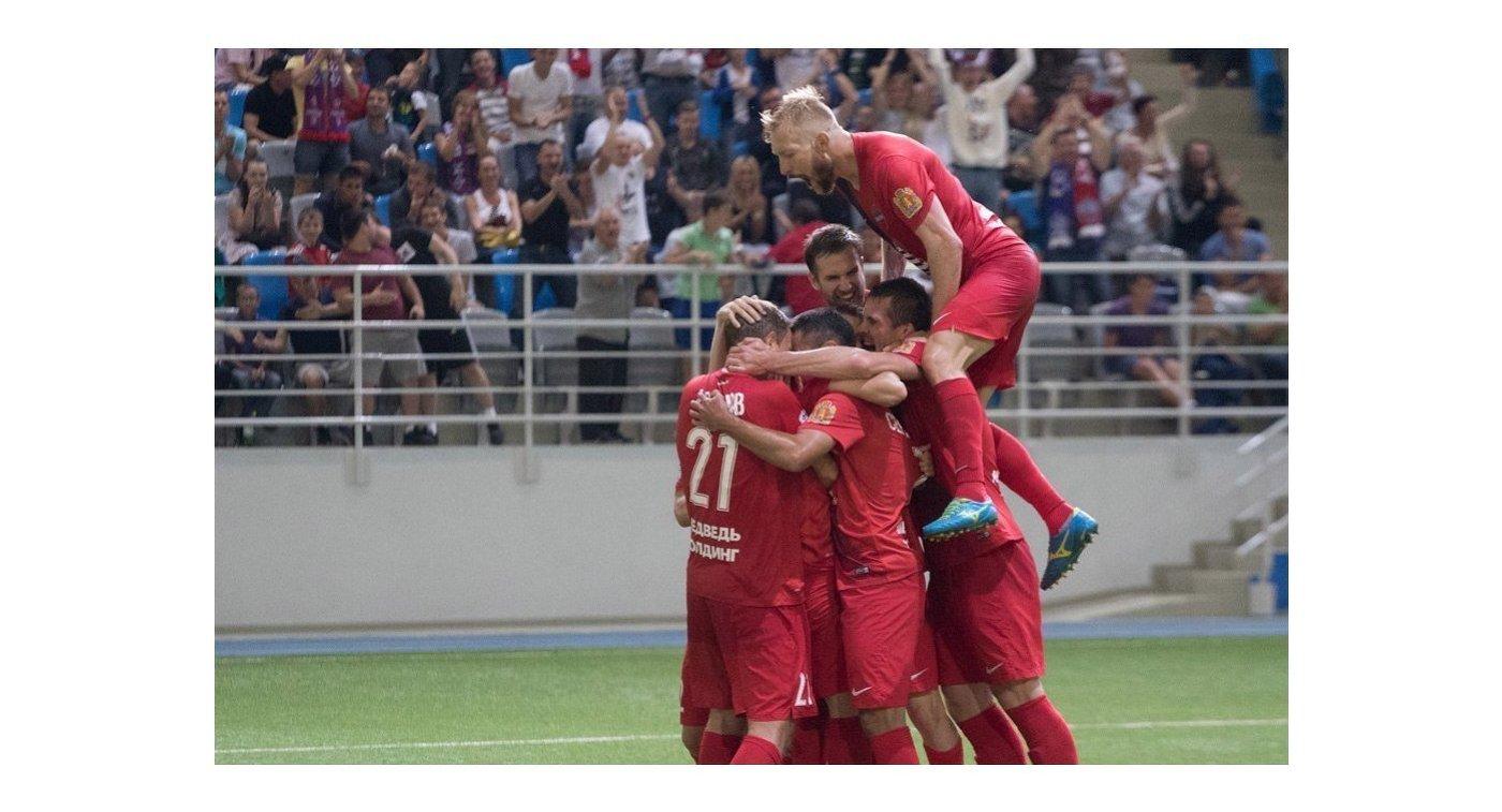 Футболисты Енисея радуются забитому мячу