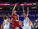 Защитник сборной России Дмитрий Кулагин, центровой сборной Сербии Бобан Марьянович и баскетболисты сборной России Владимир Ивлев и Андрей Воронцевич (слева направо)