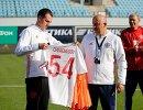 Футболисты сборной России подарили главному тренеру Станиславу Черчесову (в центре) игровую футболку с номером 54 в честь его дня рождения