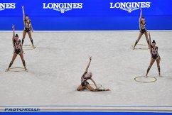 Спортсменки сборной России выполняют упражнения с обручем