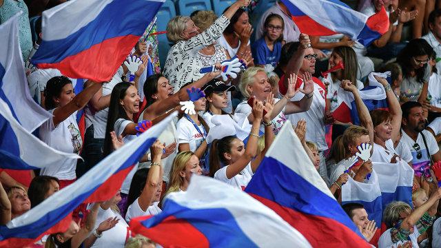 Дина (слева в центре) и Арина Аверины среди российских болельщиков