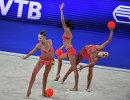 Спортсменки сборной России выполняют упражнения с мячами и скакалками
