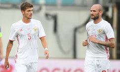 Футболисты сборной России Роман Нойштедтер (слева) и Константин Рауш
