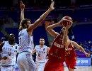 Баскетболисты сборной Бельгии Кевин Тумба, Аксель Эрвель и Квентин Серрон и защитник сборной России Алексей Швед (слева направо)