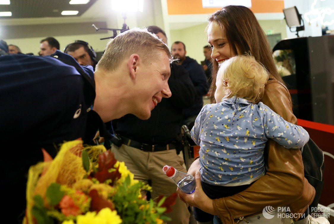 Связующий сборной России по волейболу Сергей Гранкин с супругой и ребенком
