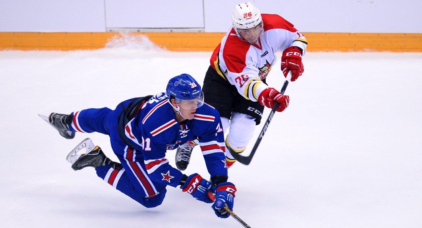 Форвард ХК СКА Михаил Мальцев (слева) и нападающий ХК Куньлунь Грег Сквайрз