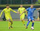 Защитники сборной Украины по футболу Николай Матвиенко и команды Исландии Сверрир Ингасон (слева направо)