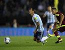 Полузащитник сборной Аргентины Анхель Ди Мария (слева) в эпизоде с получением травмы