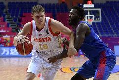 Центровой сборной России Тимофей Мозгов (слева) и центровой сборной Великобритании Габриэль Оласени