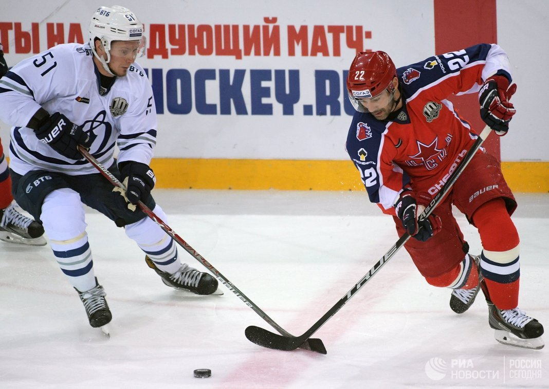 Форвард Динамо Артём Подшендялов (слева) и нападающий ЦСКА Александр Попов