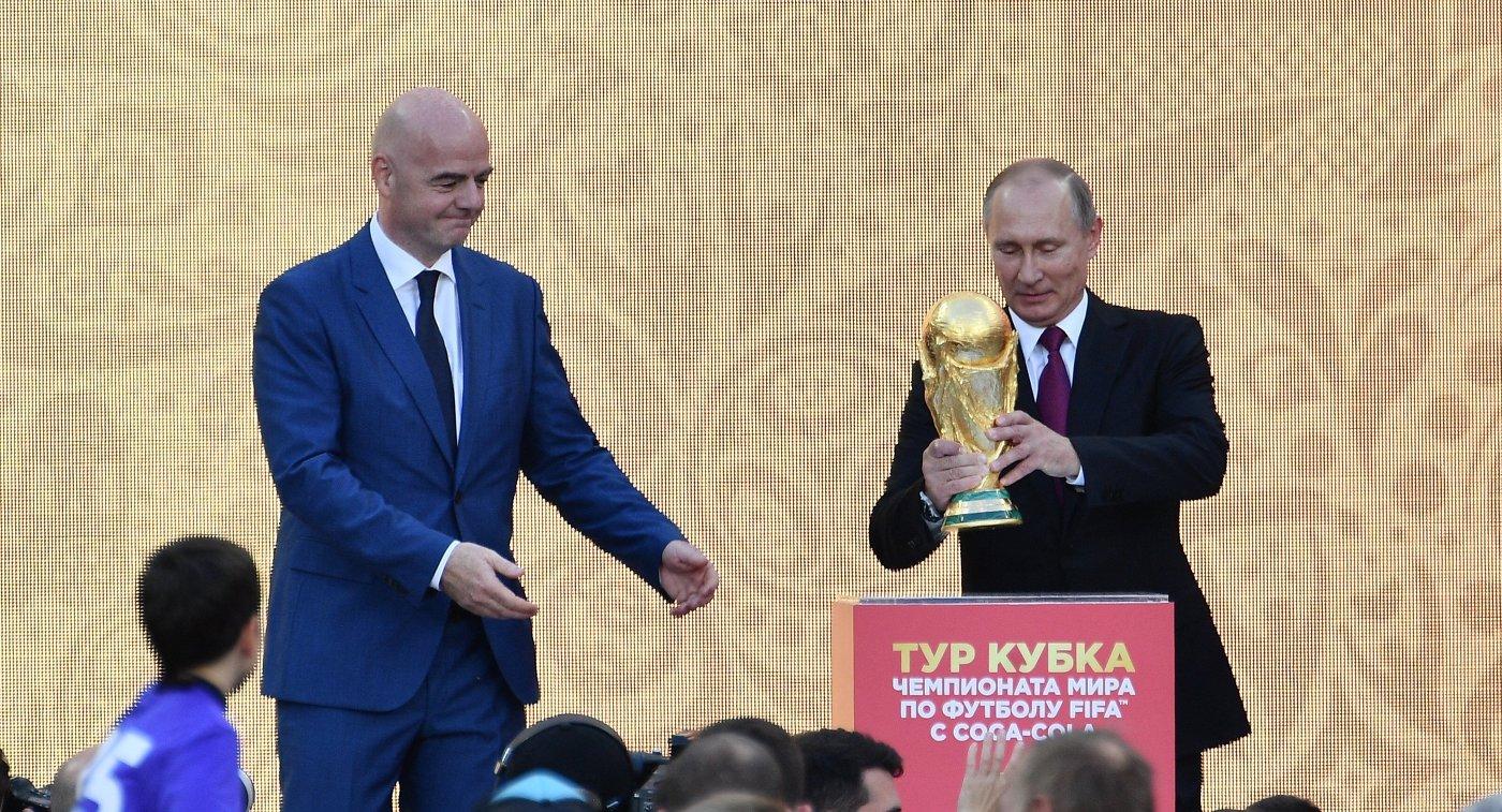 Президент РФ Владимир Путин (справа) и президент ФИФА Джанни Инфантино