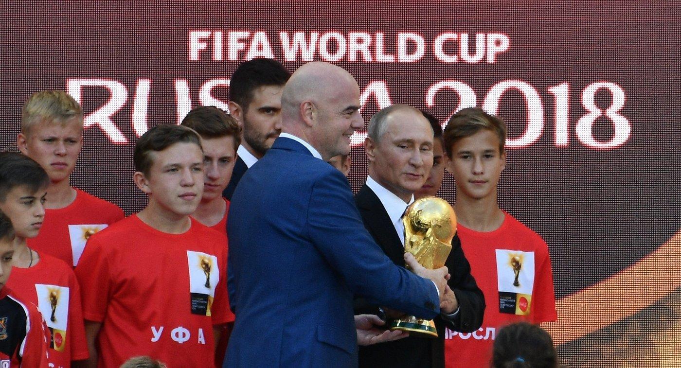 Глава ФИФА Джанни Инфатино (слева) и президент РФ Владимир Путин на церемонии старта тура кубка чемпионата мира по футболу