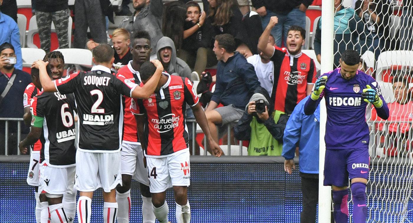 Футболист Ниццы поздравляют Марио Балотелли с забитым мячом