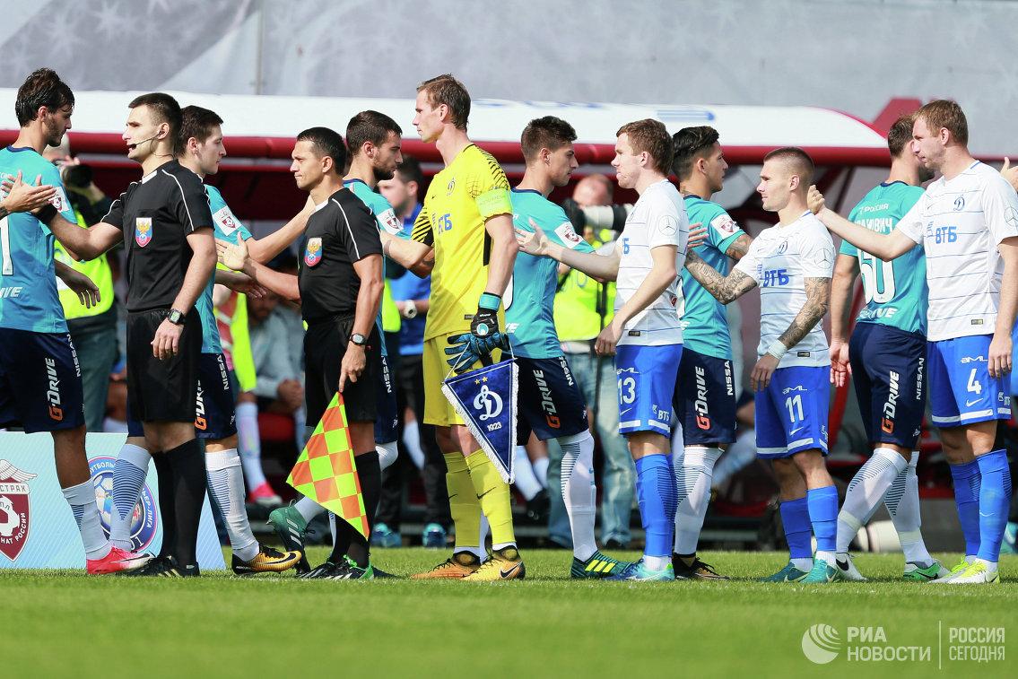Футболисты Динамо (в белой форме) и футболисты Зенита