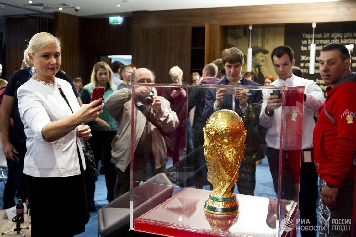 Практически 11 тыс. человек сфотографировались скубком FIFA вТуле