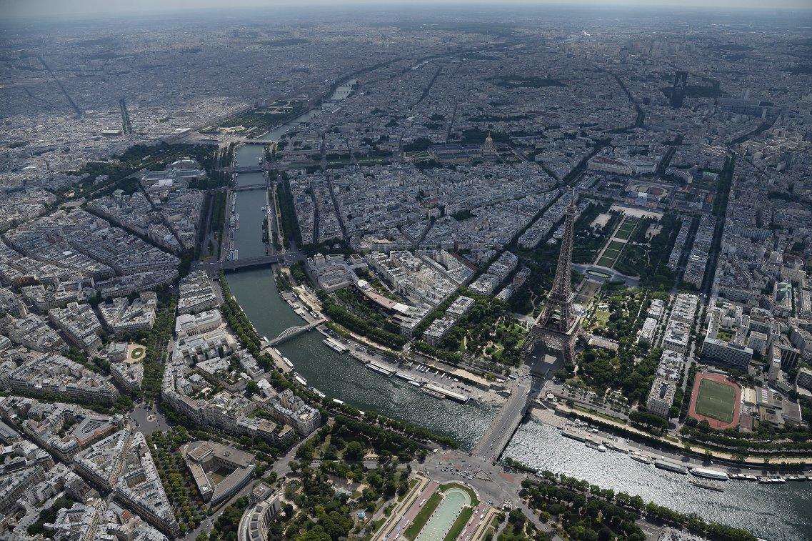 Вид на город Париж и Эйфелеву башню