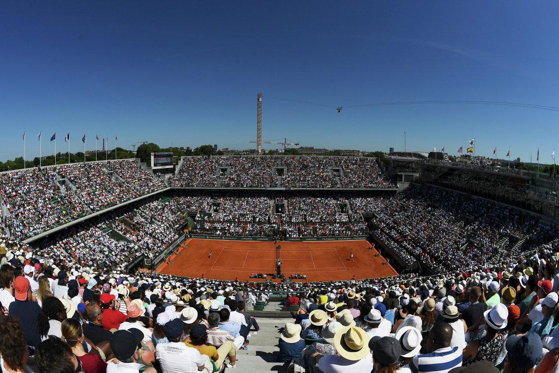 Вид на корт Филиппа Шатрие, где проходят матче теннисного турнира Ролан Гаррос