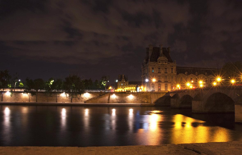 Вид на реку Сена и музей Лувр