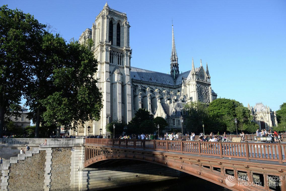 Собор Парижской Богоматери на набережной Сены в Париже