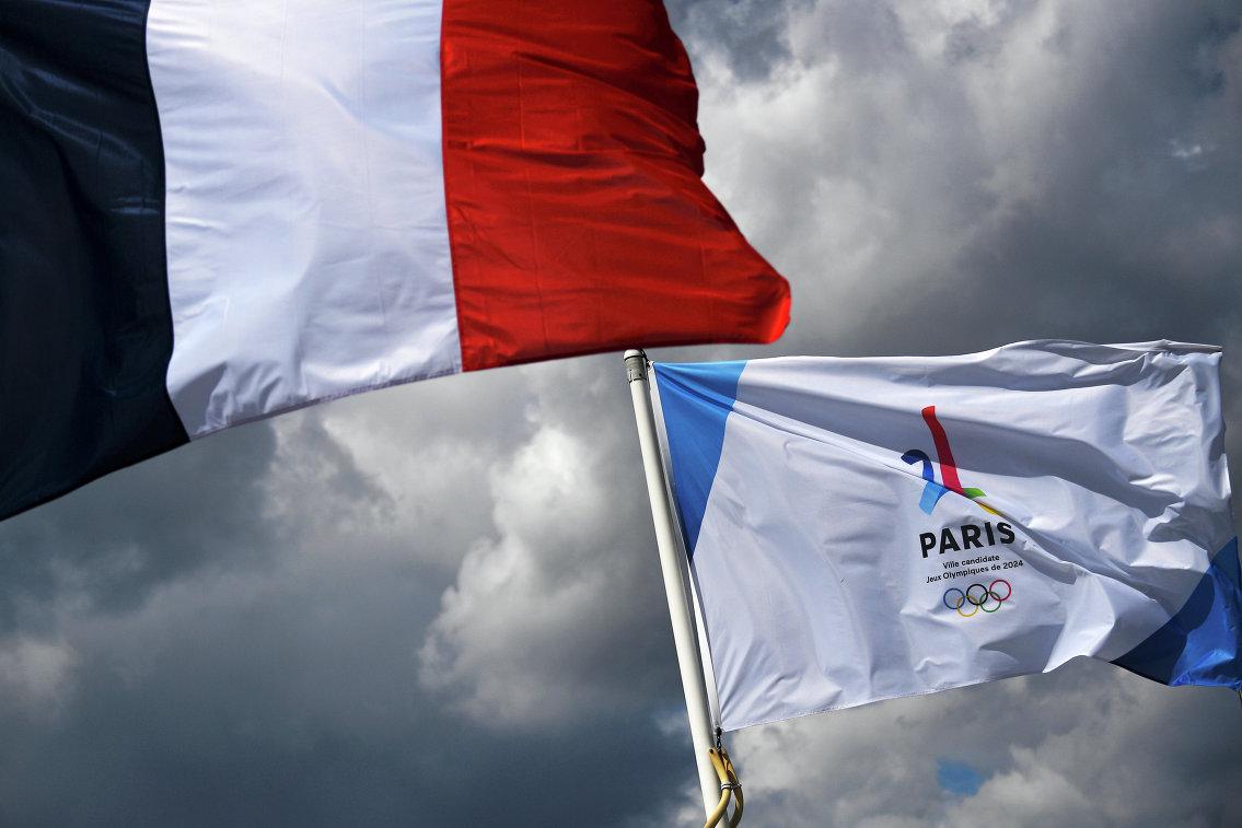 Государственный флаг Франции и логотип Олимпийских игр в Париже