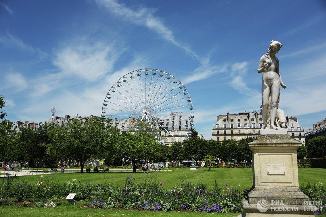 Сад Тюильри в Париже. Справа - статуя Нимфа