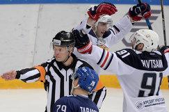 Хоккеисты Металлурга Ярослав Косов и Никита Пивцакин (справа)