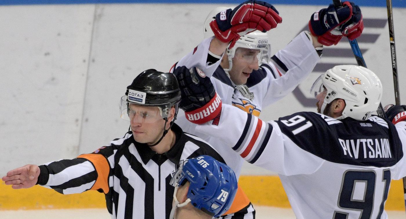 Хоккеисты Металлурга Ярослав Косов и Никита Пивцакин