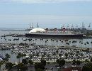 Вид на корабль Его Величества Куин Мэри около пляжа Лонг Бич