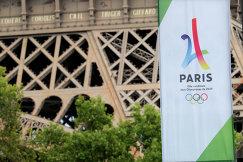 Логотип Олимпийских игр 2024 года на фоне Эйфелевой башни в Париже