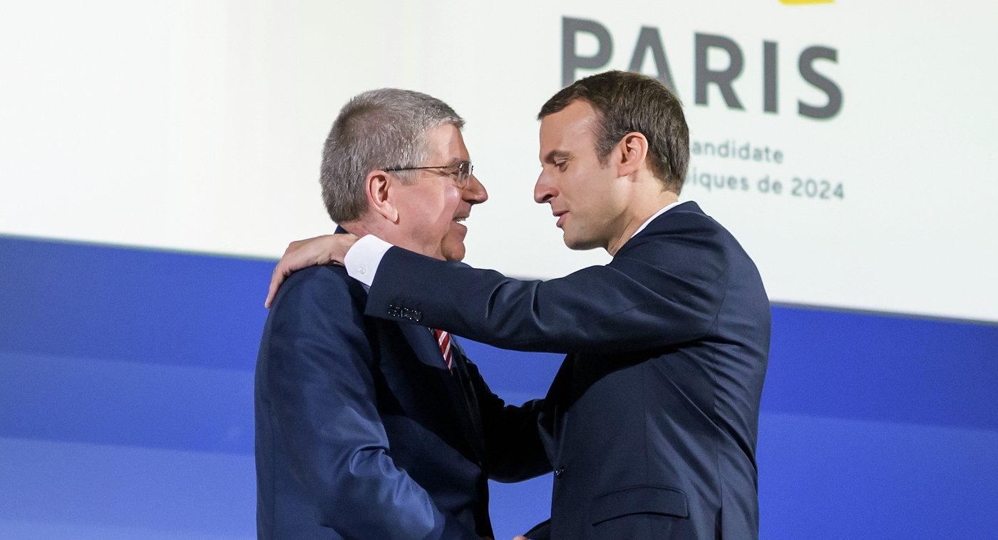 Глава МОК Томас Бах (слева) и президент Франции Эммануэль Макрон