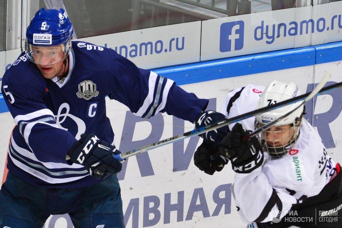 Защитник Динамо Илья Никулин (слева) и форвард Трактора Александр Рыбаков