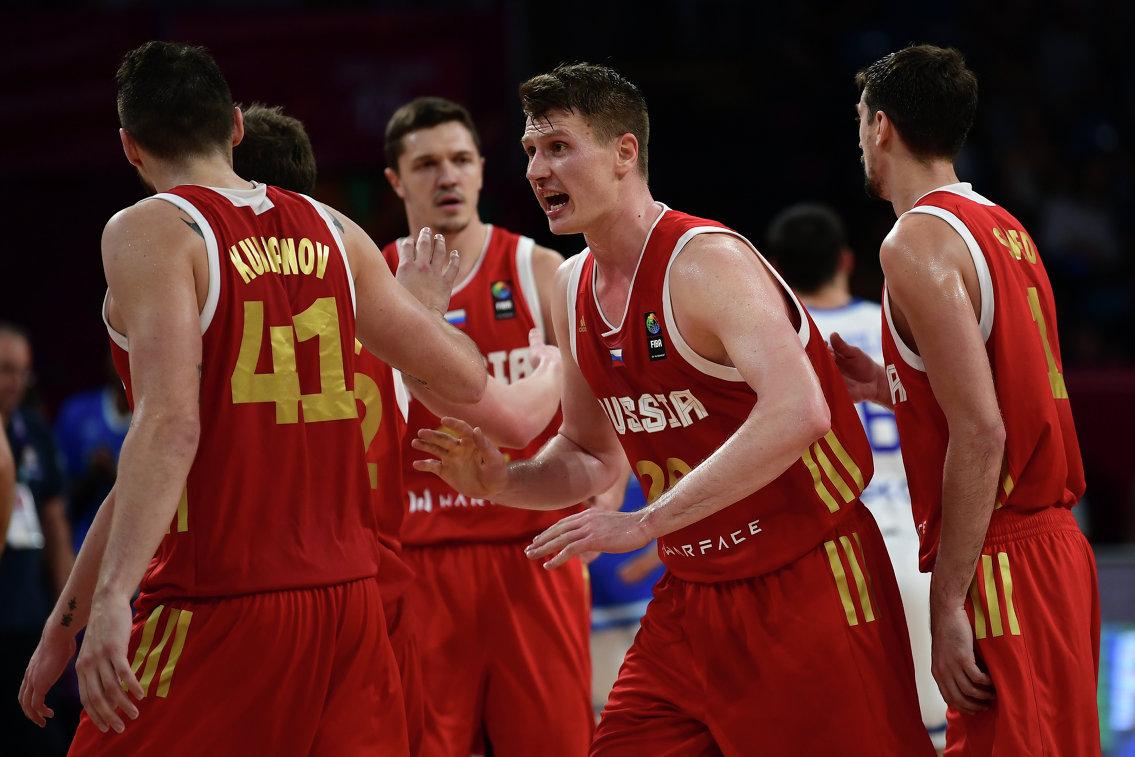 Форвард сборной России Андрей Воронцевич (в центре)