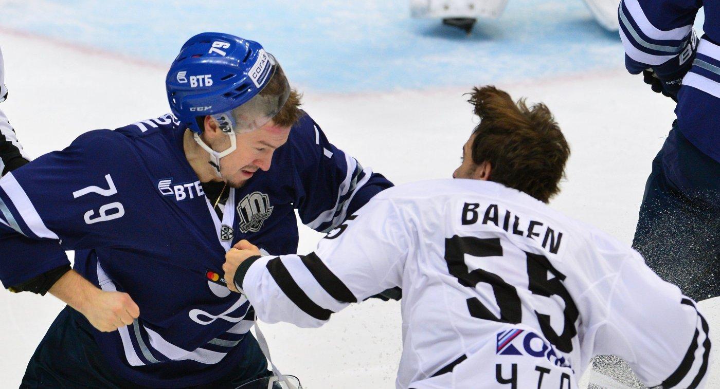 Форвард Динамо Даниил Тарасов (слева) и защитник Трактора Ник Бэйлен